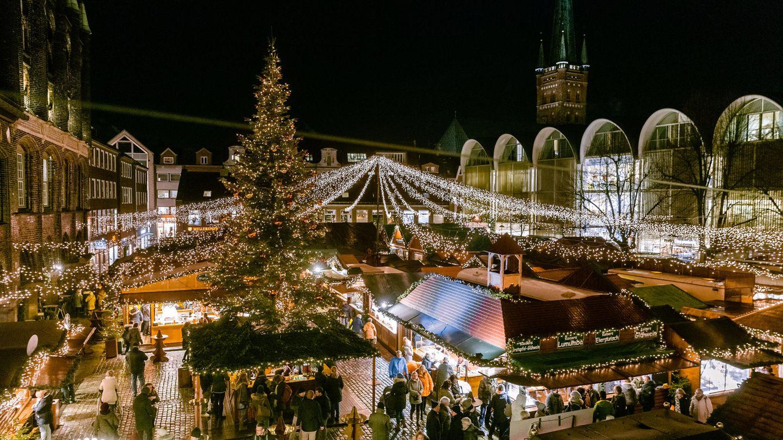 Der Lübecker Weihnachtsmarkt ist auf dem Marktplatz neben dem Rathaus zu sehen (Archivfoto)