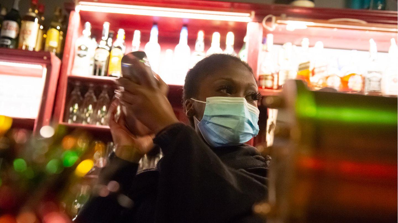 Barkeeperin mit Mund-Nasen-Schutz im Hamburger Schanzenviertel
