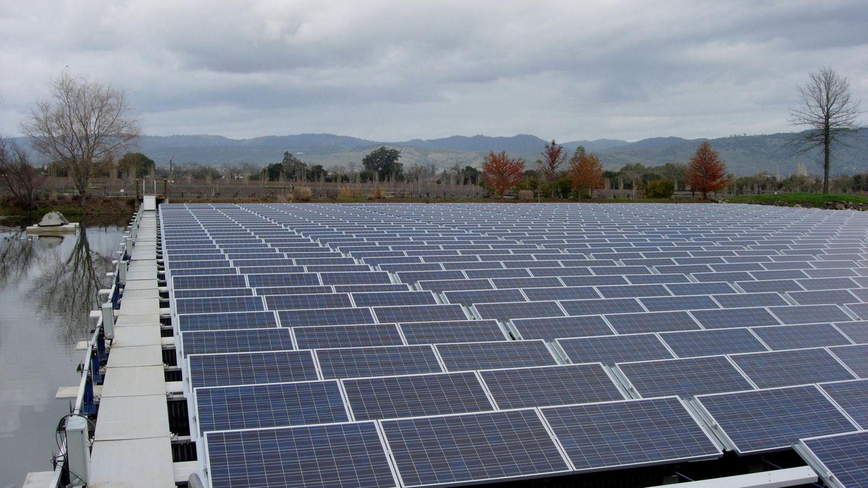 Hier wurde ein Wasserpeicher in Klaifornien mit Solarmodulen bedeckt.