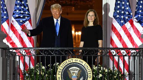 Donald Trump und Amy Coney Barrett vor US-Flaggen auf dem Balken des Weißen Hauses