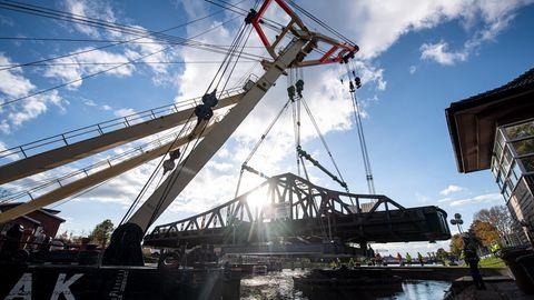 Ein Schwimmkran hebt die Deichbrücke an