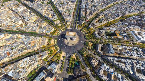 """Bild 1 von 11 der Fotostrecke zum Klicken: Paris, Frankreich: Arc de Triomphe   Der Triumphbogen von Paris wurde nach dem Sieg in der Schlacht von Austerlitz von Napoleon in Auftrag gegeben, aber erst 1836, also bereits nach seinem Tod, eingeweiht. Er steht mitten auf der ehemaligen Place de l'Étoile – und von wo aus konnte man besser erkennen, woher der """"Sternplatz"""" seinen Namen hatte, als aus der Luft?"""