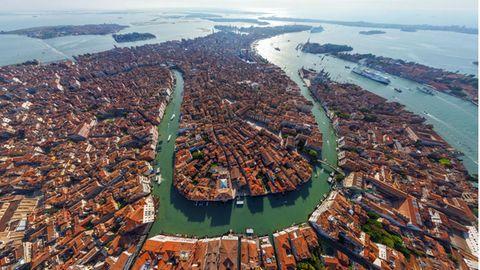 Italien, Venedig: Canal Grande   Die wichtigste Wasserstraße Venedigs schlängelt sich durch das historische Zentrum der Stadt, sie ist von über 200 prächtigen Adelspalästen gesäumt. Die großen Kreuzfahrtschiffe dürfen den Canal Grande nicht befahren.