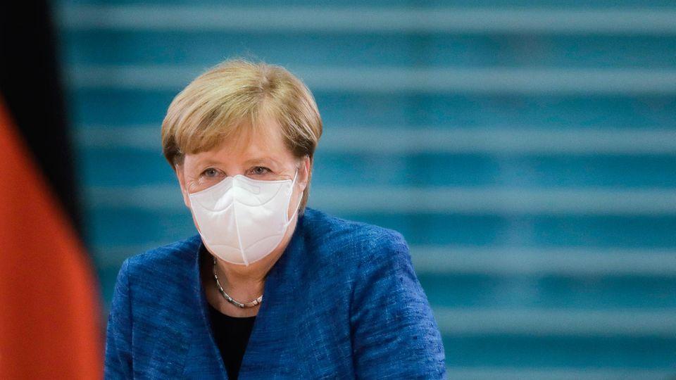 Bundeskanzlerin Angela Merkel (CDU) mit Mund-Nase-Schutz