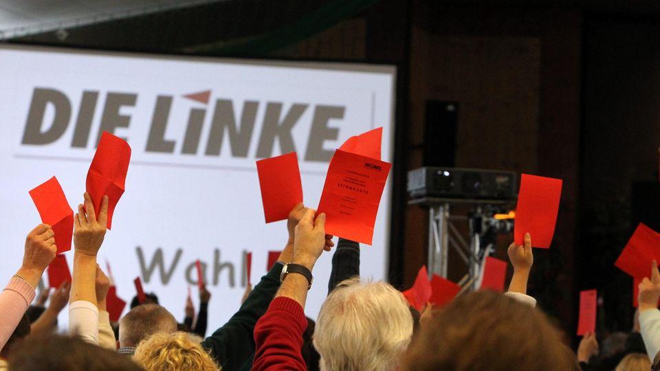 Delegierte stimmen auf einem Parteitag der Linken ab (Archivfoto)