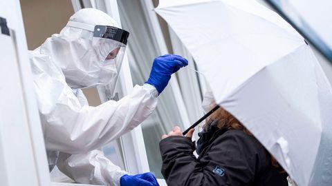 Nordrhein-Westfalen, Köln: Eine Frau bekommt einen Rachenabstrich an der Corona-Teststation am Hauptbahnhof
