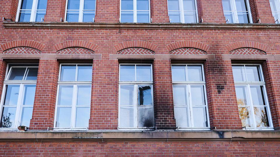 Eine zerbrochene Fensterscheibe und Rußspuren sind am Gebäude des Robert Koch-Instituts in der General-Pape-Straße zu sehen