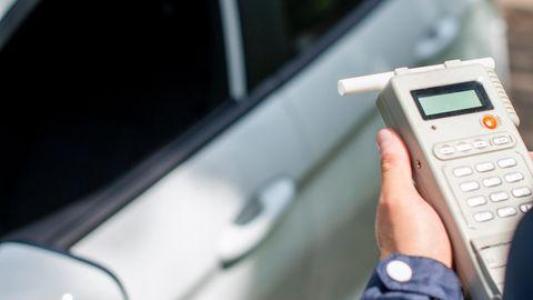 Polizist kontrolliert Gerät für Atemalkoholkontrolle