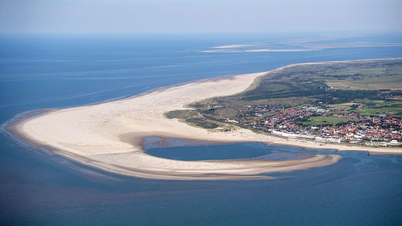 Die ostfriesische Insel Borkum aus der Luft. Der Hafen wird von Fähren und Kreuzfahrtschiffen angelaufen.