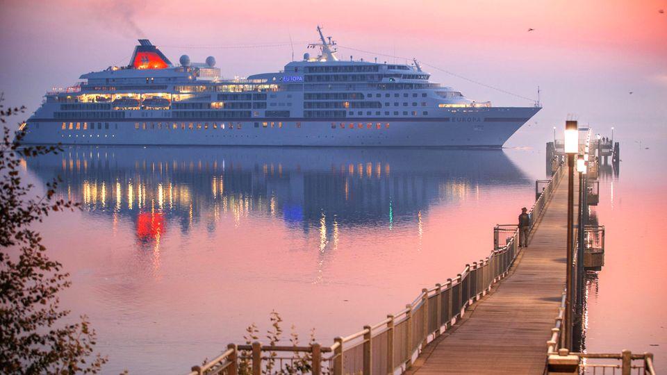 """Das Kreuzfahrtschiff """"Europa""""passiert an einm frühen Morgen die Seebrücke in Wismar in der Ostsee (Symbolbild)"""
