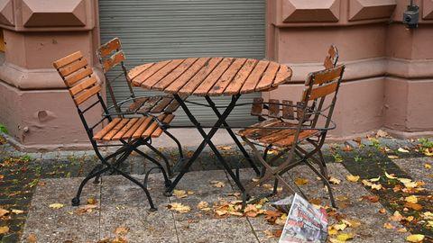 Coronavirus: Tisch und Stühle stehen auf der Frankfurter Zeil vor einem Cafe