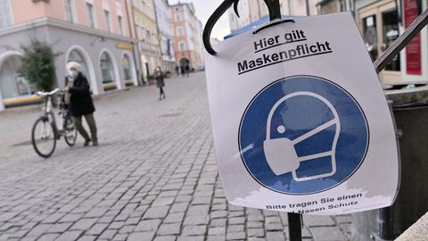 """Ein Schild mit der Aufschrift """"Hier gilt Maskenpflicht - Bitte tragen Sie einen Mund-Nasen-Schutz"""""""