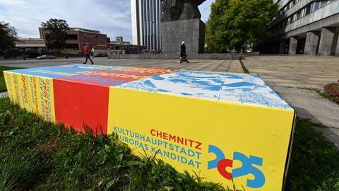 Chemnitz Kulturhauptstadt Europas 2025: Eine Bank vor dem Karl-Marx-Denkmal