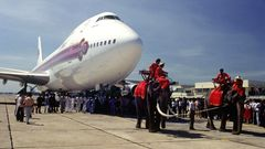 Bild 1 von 12der Fotostrecke zum Klicken:Begrüßung im Jahre 1979 auf Thailändisch, indem dieersteBoeing 747 in der Flotte von Thai Airways vonzwei Elefanten über dasRollfeld gezogen wird..