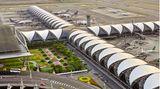 Bangkoks neuer Flughafen, der Suvarnabhumi International Airport, ist ein Entwurf des deutsch-amerikanischen Architekten Helmut Jahn und seit 2006 in Betrieb.
