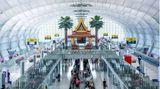 Im Thai-Stil: Blick in die Pier E des wie ein H angelegten Terminals. Links und rechts geht es zu den Wartebereichen und Flugsteigen.