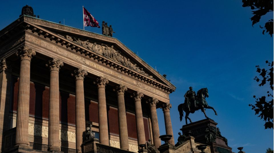 Blauer Himmel ist über der Alten Nationalgalerie auf der Museumsinsel in Berlin.