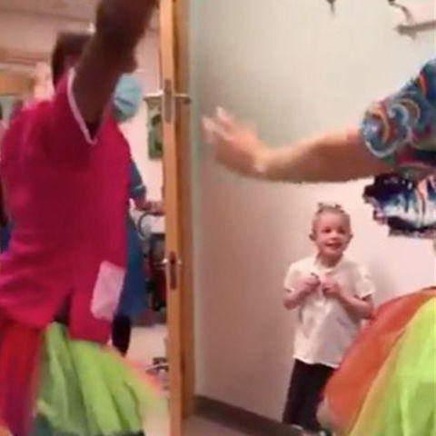 Krankenhaus in England: Berührendes Video: Ärzte überraschen krebskrankes Mädchen mit Ballett-Einlage