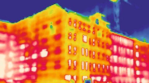 Wärmebild eines Bürogebäudes in Berlin: Die rote Färbung zeigt, wo Wärme nach draußen abgegeben wird