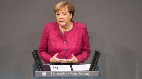 Angela Merkel am Rednerpult im Bundestag