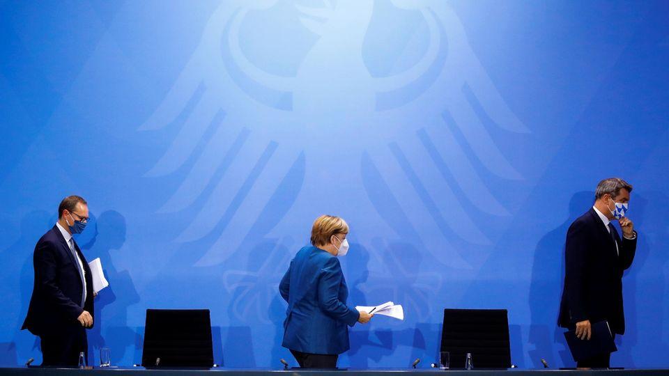 Angela Merkel, der bayerische Ministerpräsident Markus Söder (r.) und Berlins Regierender Bürgermeister Michael Müller
