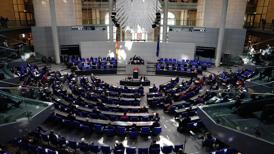 Berlin: Bundeskanzlerin Angela Merkel (CDU) gibt im Bundestag eine Regierungserklärung zur Bewältigung der Corona-Pandemie ab.