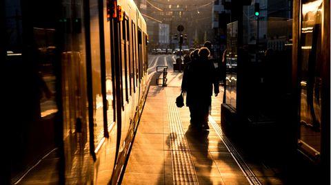 Die Stadtbahn an einem Bahnsteig in Hannover. Ein Mann klemmte sich am Mittwoch einen Arm in den Türen und wurde viele Meter mitgeschleift (Archivbild).