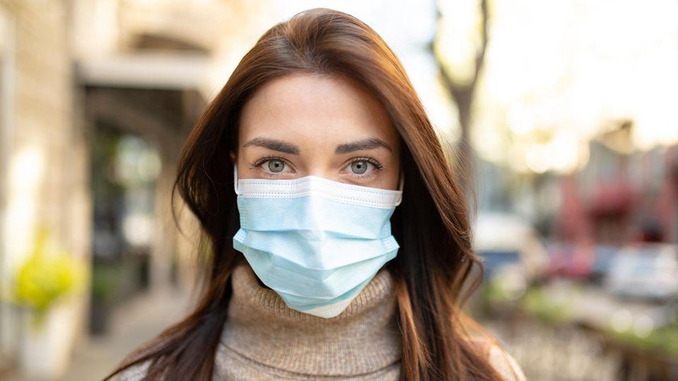 Coronavirus Lockdown: Eine Frau trägt einen Mund-Nasen-Schutz