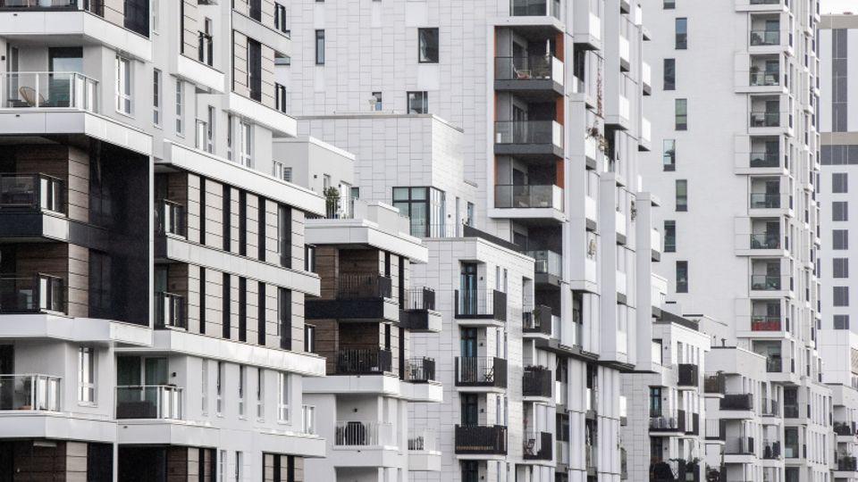 Düsseldorf: Blick in eine Straße mit Wohnhäusern.