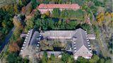 Feuerwerkslaboratorium Kirchmöser  Die alte Munitionsfabrik des Kaisers bei dem Ort Brandenburg an der Havel, die aus der Luft eher an eine Schlossanlage erinnert, wurde nach dem Ersten Weltkrieg zur Lokomotivenfabrik, später wieder zum Rüstungsbetrieb und von den Sowjets zur Werkstatt für Panzer umfunktioniert.
