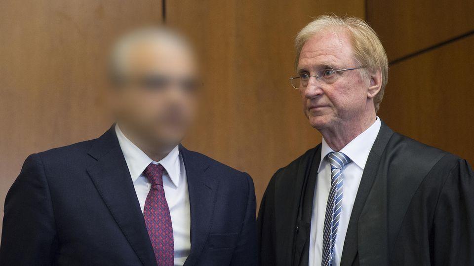 Der angeklagte Arzt und sein Verteidiger Steffen Stern am 06.05.2015 im Gerichtssaal in Niedersachsen