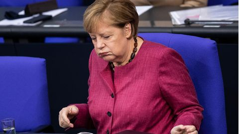 Angela Merkel mit zweifelndem Gesichtsausdruck im Bundestag