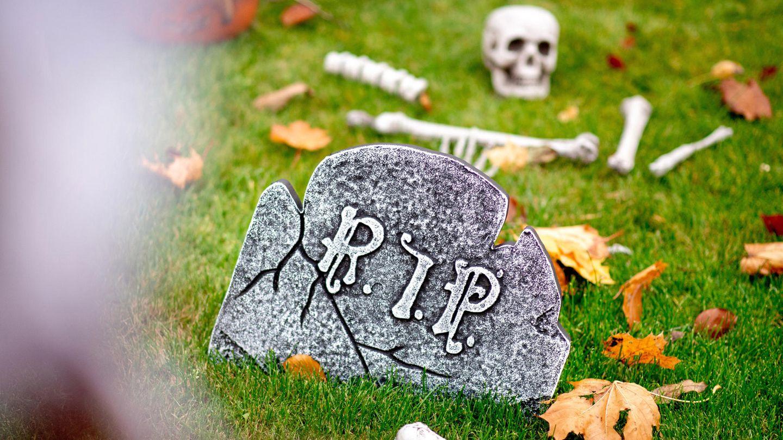 Ein Grabstein als halloween-Dekoration im Garten