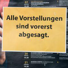 """Schild mit der Aufschrift """"Alle Vorstellungen sind vorerst abgesagt"""" an einem Berliner Theater"""