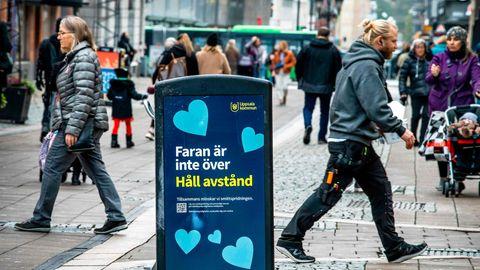 Warnung vor dem Coronavirus auf einem Mülleimer in Uppsala