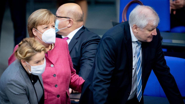 Angela Merkel, Franziska Giffey, Peter Altmaier und Horst Seehofer mit Masken im Bundestag
