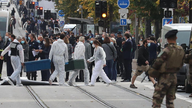 Frankreich, Nizza: Forensiker und Polizeibeamte arbeiten am Tatort eines Messerangriffs vor der Kirche Notre-Dame
