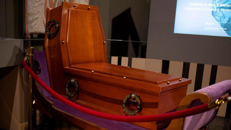Wien, Österreich. Ist das die Wiener Gemütlichkeit? Oder schauen dieBürger dortdem Tod gerndirekt in die Augen? Dieserfür aufrechtes Sitzen konzipierteSarg aus dem mit morbidemHumor gestalteten Bestattungsmuseumder Hauptstadt macht jedenfalls beides möglich.