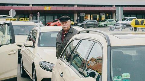 Horst Kaletka in der Taxischlange in Tegel