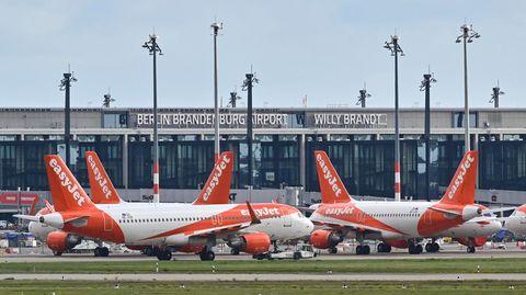 """Passagierflugzeuge der britischen Billigfluggesellschaft Easyjet stehen auf dem Vorfeld am Terminal 1 vom Hauptstadtflughafen Berlin Brandenburg """"Willy Brandt"""""""