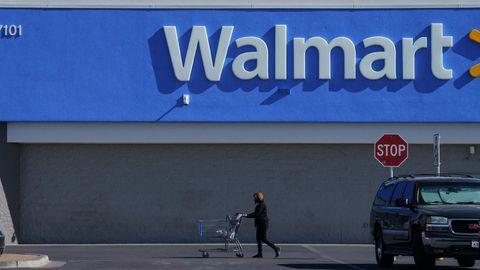 Eine Kundin vor einem Walmart in den USA
