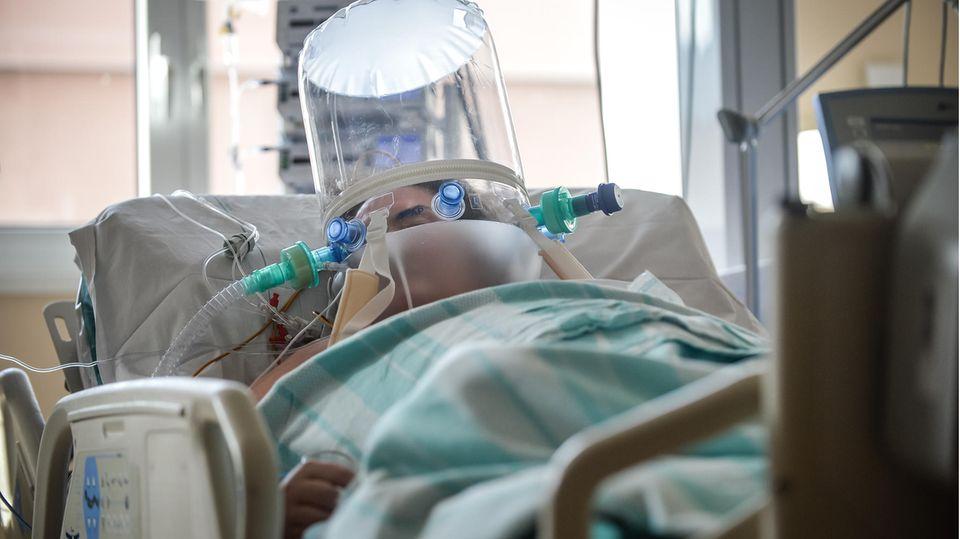 Ein Patient auf der Intensivstation eines Krankenhauses in Varese