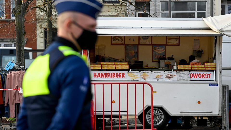 Auch Wurstbuden wie hier in Antwerpen schließen nun wieder in Belgien