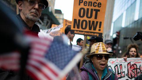 Demonstranten marschieren in New York gegen Präsident Trump und seine Politik in der Nähe des Trump Towers