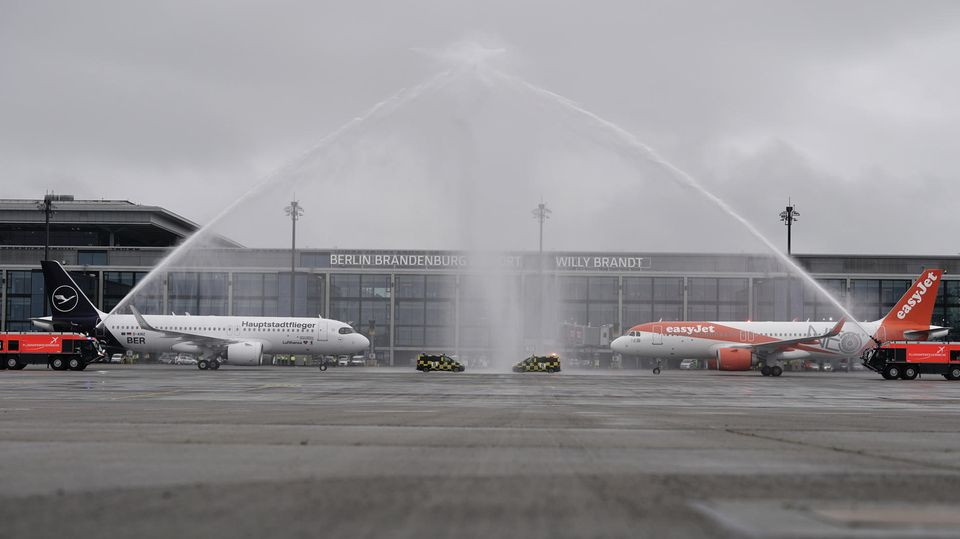 Am Samstag sind am neuen Hauptstadtflughafen die ersten Flugzeuge der Fluggesellschaften Lufthansa und Easyjet gelandet