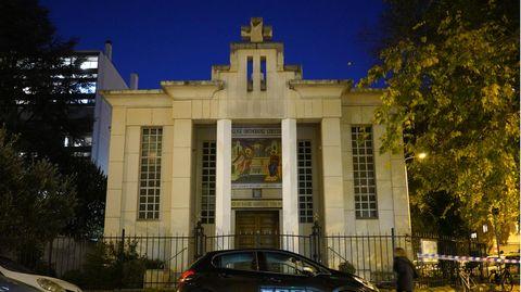 Vor einem dunkelblauen Abendhimmel steht ein Sandsteinbau mit zwei Säulen vor dem Portal