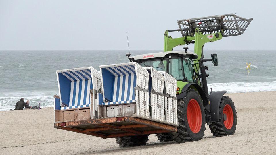 Westerland: Strandkörbe werden in Westerland auf Sylt abtransportiert. Ab Montag gilt im gesamten Landein Teil-Lockdown.