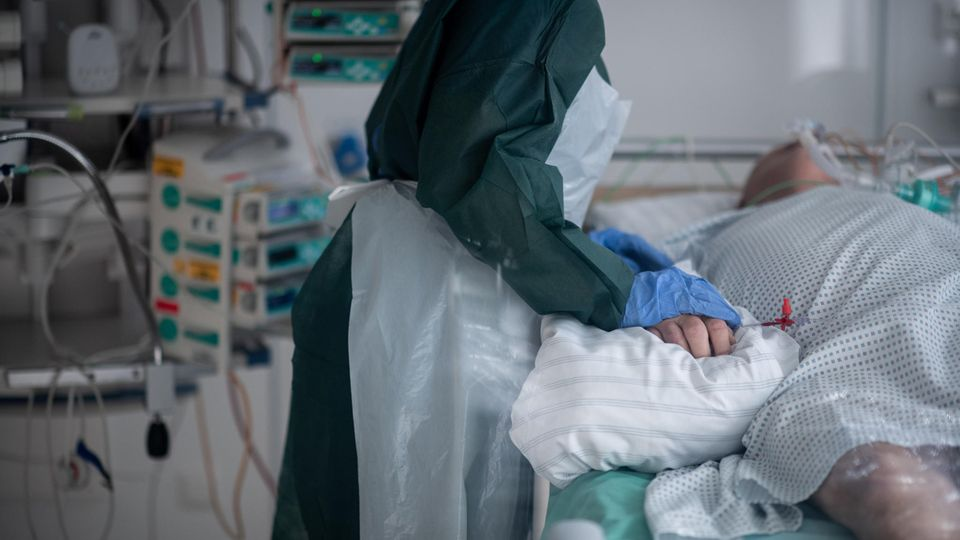 Coronavirus Intensivstationen: Eine Pflegekraft betreut einen Corona-Patienten