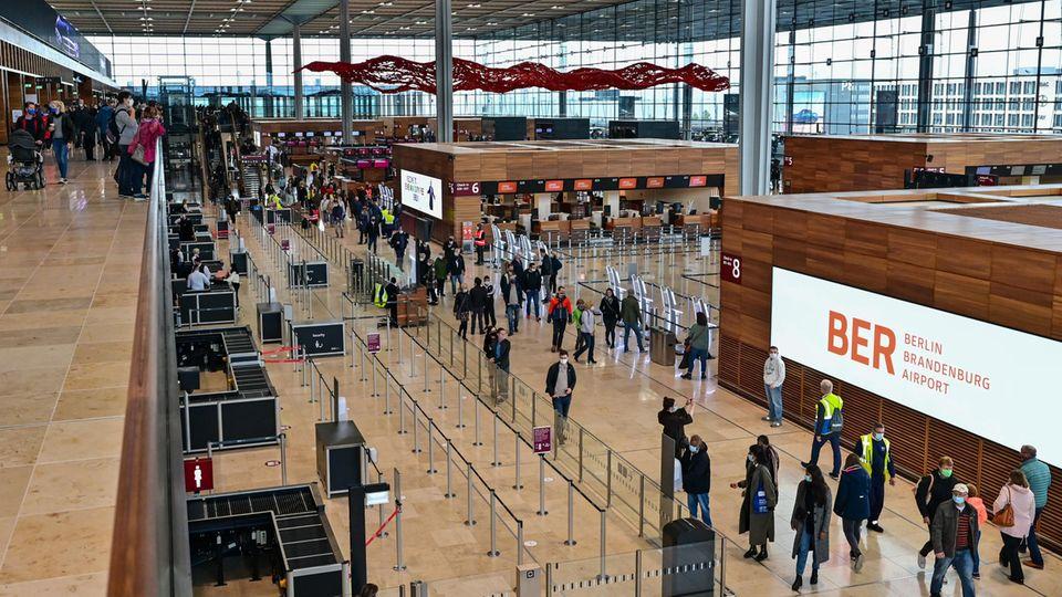 Bild 1 von 15 der Fotostrecke zum Klicken:Am Sonntag, den 1. November 2020, hat der Flughafens Berlin Brandenburg Willy Brandt (BER) seinen der Regelbetrieb aufgenommen. Und ist nunendlich nicht nur von Bauarbeitern belebt.