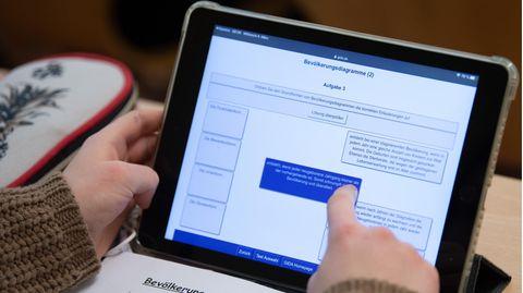 Eine Schülerin einer 9. Klasse arbeitet im Unterricht mit ihrem iPad.
